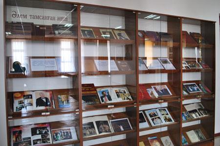 Ермек Серкебаевтың туғанына 90 жыл толуына орай  «Әлем тамсанған әнші» атты кітап көрмесі ұйымдастырылды